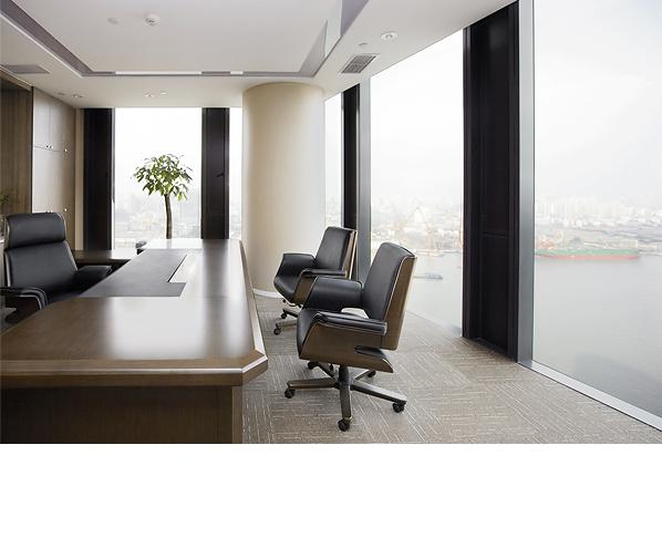 老板的办公室装修有许多需要大家注意的地方,首先负责人们要先确定老板的兴趣爱好,因为公司老板的办公室必定是要与他兴趣相投的,毕竟办公室是长时间处理事务的地方。第二,老板装修的楼层一定要选好,不能太过远离其他的办公区域,但老板的办公室同样需要隐秘性,因此要选择恰当的隔音材料以及隔断防止公司机密外泄。第三,设计老板的办公室时,需要突出这一间办公室的特别之处,比如说可以挂一幅不错的水墨画,典雅也不俗气。也可以注意办公室的搭配或是色彩,能够体现老板的个人品味风格那就最好不过了。同时接待客人用的沙发,品茶区等等都是必