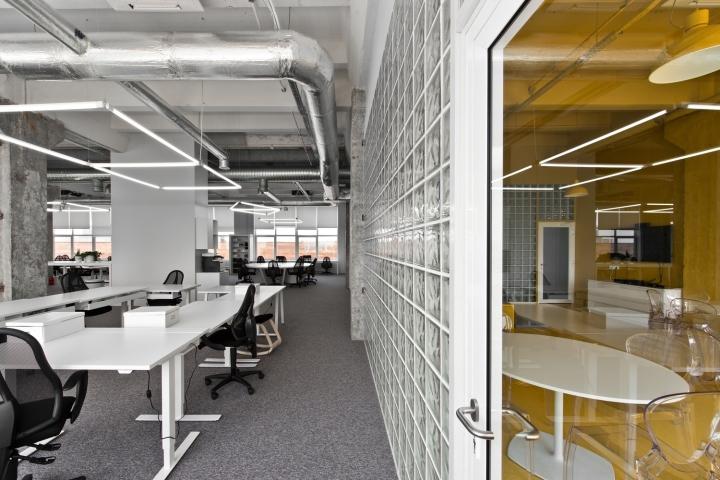 开放式办公区域作为群体工作的场所,强调打通传统的部门之间的隔阂,促进工作之间人与人之间的相互认识和良好的互动,建立合作精神. 但开放式办公并不意味这整齐划一的简单工作单元的排放。而是在设计时,利用现代办公家具的灵活多变的组合功能,根据部门人员配置及配套设施的功能需求进行组合,  根据现场环境情况,在空间中分为若干个工作区域。开放式办公环境有利于员工之间保持良好的沟通,  但由于每个人的工作区域处于工作视线之内,工作的自律性较小,也会降低个人的能动性和积极性的发挥,所以,公共办公室设计空间中家具、间隔的布置