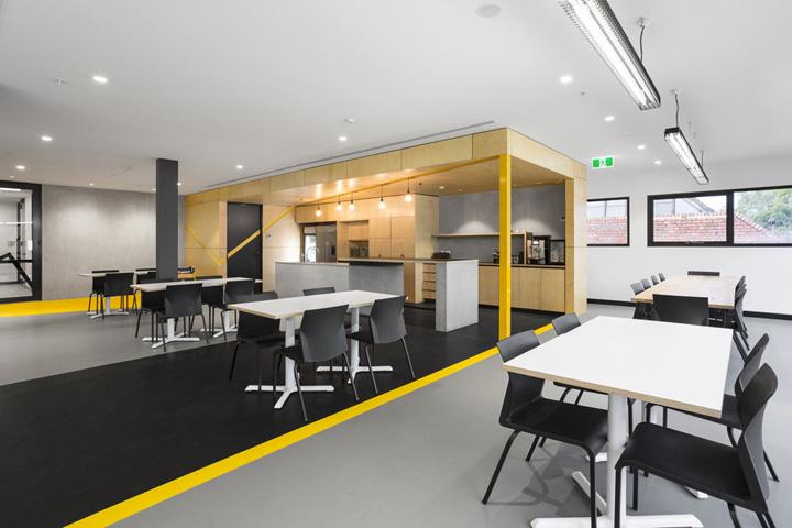 Harris HMC建筑公司自成立之初,办公地点就一直位于墨尔本北部的郊区。当这幢两层楼的办公建筑在建之时,Hot Black Interiors 设计团队就应邀为他们做室内平面规划。1500平方米的建筑面积,足以规划成空间舒适、功能齐备的办公场地。 虽然在工程在建的时间就介入到设计中,但两层楼的建筑施工周期却是极快的,设计团队需要快速拿出设计概念,通过细节展示建筑工程公司的属性,并充分考虑 Harris HMC建筑公司的企业文化和公司愿景。设计团队的解决方法是,在室内的很多区域采用了多种材料和元素,巧妙