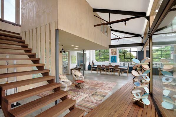楼层采用的开放式的办公室设计,简单的照明可以嵌入到木质天花板中,滑动的玻璃门和窗户是为了让阳光可以穿过室内。在楼上,夹层房浮在原来的仓库和房间之间,办公室设计改造出一处可以通往屋顶平台的楼梯,大家可以在这里看到这座城市夜晚的景观。