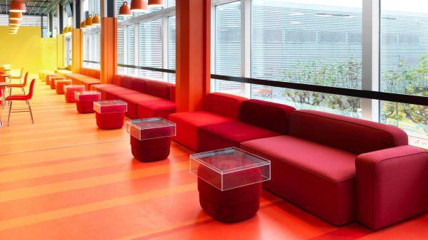 机场办公室设计打造彩虹色空间