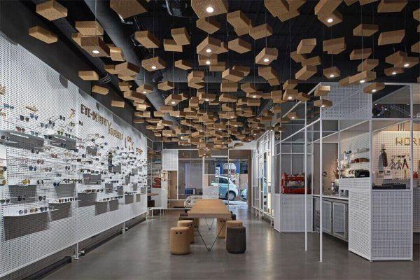 该眼镜店的办公室装修设计了会议点,艺术画廊,咖啡厅和音乐场地等功能