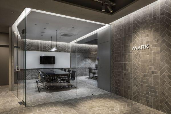 制作公司办公室装修设计的灰色空间